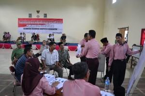 Sejumlah panitia dan saksi sedang melakukan penghitungan suara dalam Pilkades Suruh, Kecamatan Tasikmadu, Kamis (21/02)