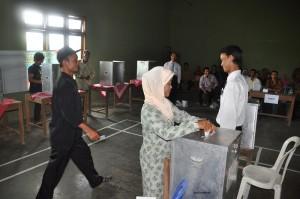 Ilustrasi. Warga menggunakan hak suara dalam Pemilihan Kepala Desa.