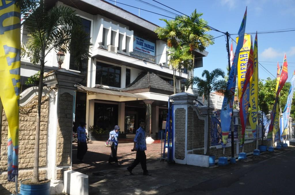 Bank Daerah Karanganyar memberikan kontribusi ke Pemkab Karanganyar sebesar Rp 2,8 miliar pada tahun 2012