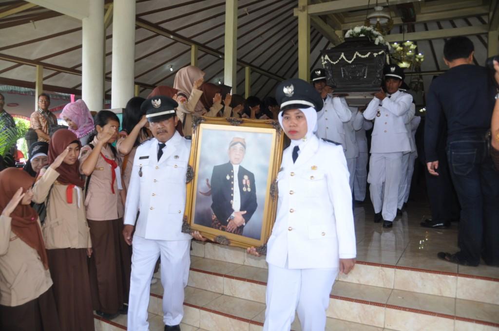 Jenazah mantan Wakil Bupati Karanganyar, Sri Sadoyo, diberangkatkan dari rumah duka menuju Astana Laya Sekoang, Dengkeng, Tohkuning, Karangpandan, Minggu (10/03) pagi.