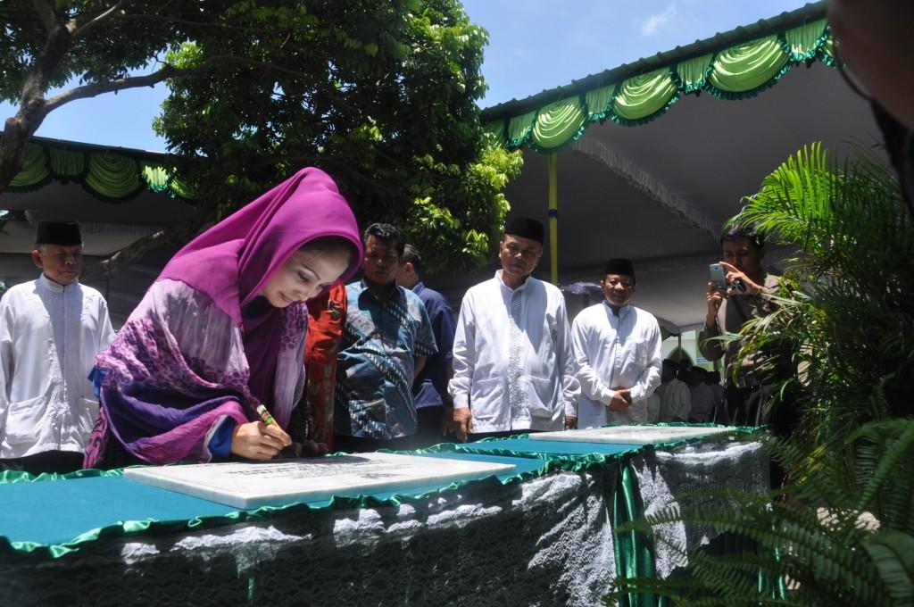 Bupati Karanganyar menandatangani peresmian gedung baru Basiz Kabupaten Karanganyar.