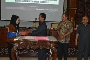 Bupati Karanganyar, Rina Iriani, menyerahkan Laporan Keterangan Pertanggungjawaban (LKPj) Tahun 2012 kepada Ketua DPRD, Sumanto, dalam Rapat Paripurna, Sabtu (06/04)
