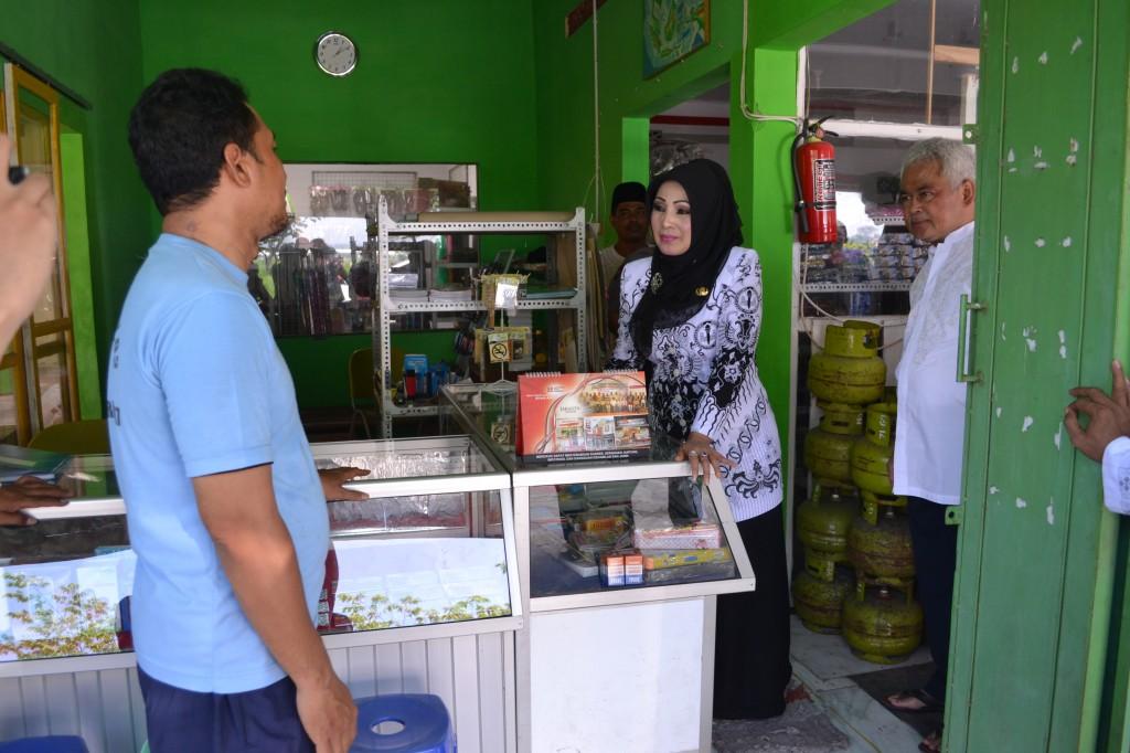 Bupati Karanganyar Rina Iriani, adakan sidak tabung elpiji, di wilayah Kecamatan Kebak Kramat, Jumat (17/05)