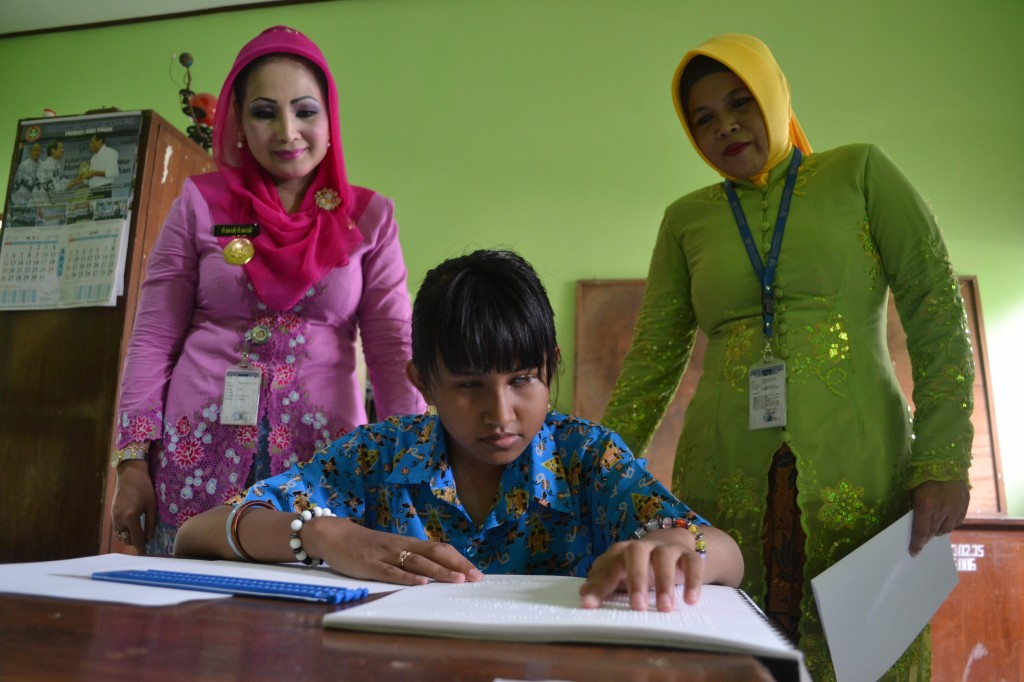 Bupati Karanganyar, Rina Iriani (Kiri) memantau pelaksanaan UN di SDLB N Cangakan, Rabu (08/05)