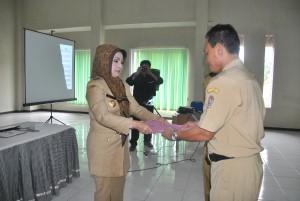 Bupati Rina Iriani menyerahkan bantuan dana  PPIP secara simbolis kepada Kepala Desa, di Aula Dinas Pekerjaan Umum Kabupaten Karanganyar, Selasa (14/05)