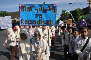 Ribuan peserta mengkuti pawai ta'aruf dalam menyambut bulan Ramadhan tahun lalu