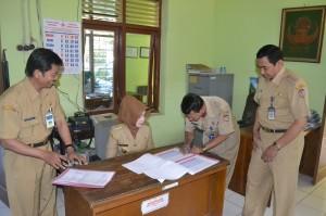 Bupati Karanganyar, Rina Iriani melihat langsung absensi PNS dalam sidak di beberapa tempat kantor Pemerintahan, Senin (12/08)