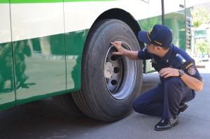 Petugas dari Dishubkominfo memeriksa kelaikan ban bis angkutan balik lebaran 2013, di Terminal Tegalgede, Minggu (11/08)