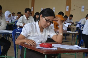 SERIUS- salah satu peserta terlihat serius mengerjakan soal dalam ujian  tertulis bagi calon perangkat desa, di Balai Desa Ngijo, Tasikmadu, Selasa (03/12)