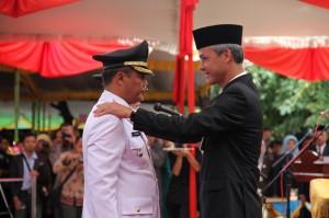 Gubernur Jawa Tengah Ganjar Pranowo menyematkan tanda pangkat Bupati Karanganyar Juliyatmono