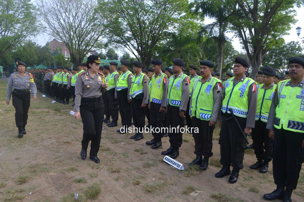 Kapolres Karanganyar AKBP Martireni Narmadina memeriksa pasukan saat Apel Pergeseran Pasukan,  Senin (07/07) pagi,  di Alun-alun Karanganyar