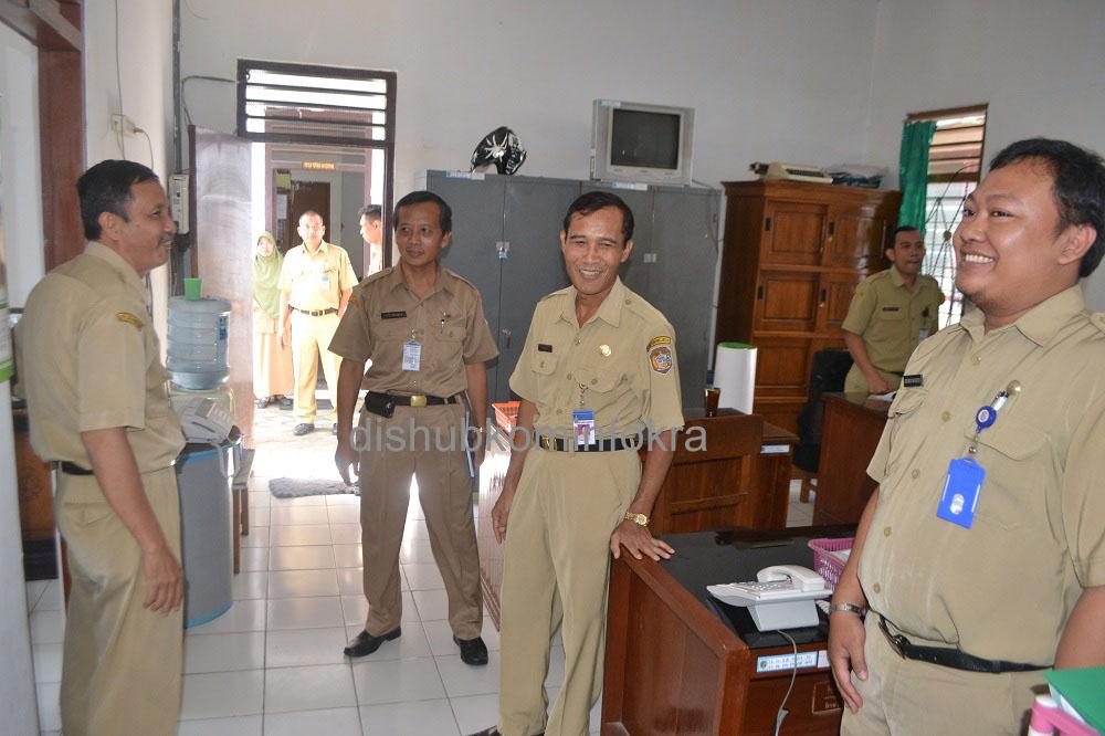 Sekretaris Daerah Kabupaten Karanganyar, Samsi, memberikan pengarahan saat sidak PNS, Senin (04/08) kemrin