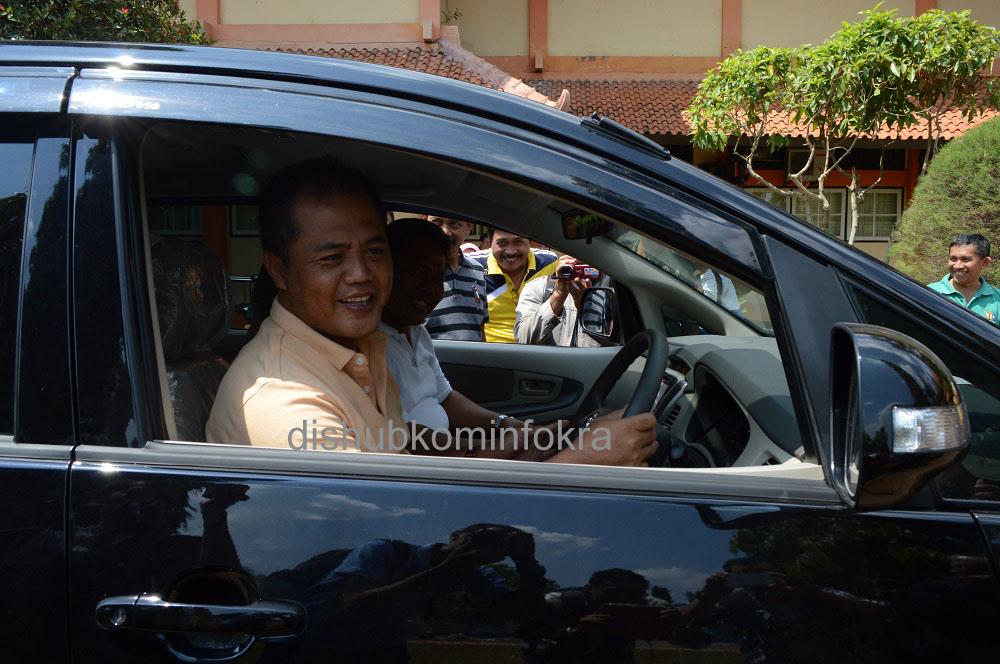 Bupati Karanganyar, Juliyatmono saat menyetir mencoba mobdin baru tujuh Kepala Dinas, di halaman Setda Kabupaten Karanganyar, Jumat (04/10)