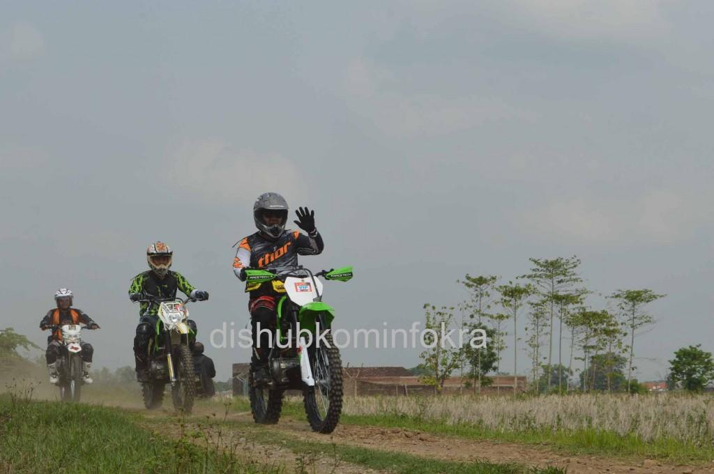 Bupati Karanganyar Juliyatmono, saat melintas di jalur trail adventure, Minggu (23/11)