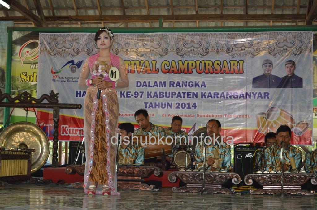 Penampilan dari salah satu kelompok peserta Campursari, Minggu (09/11) di Festival Campursari, di Agro Wisata Sondokoro, Kecamatan Tasikmadu