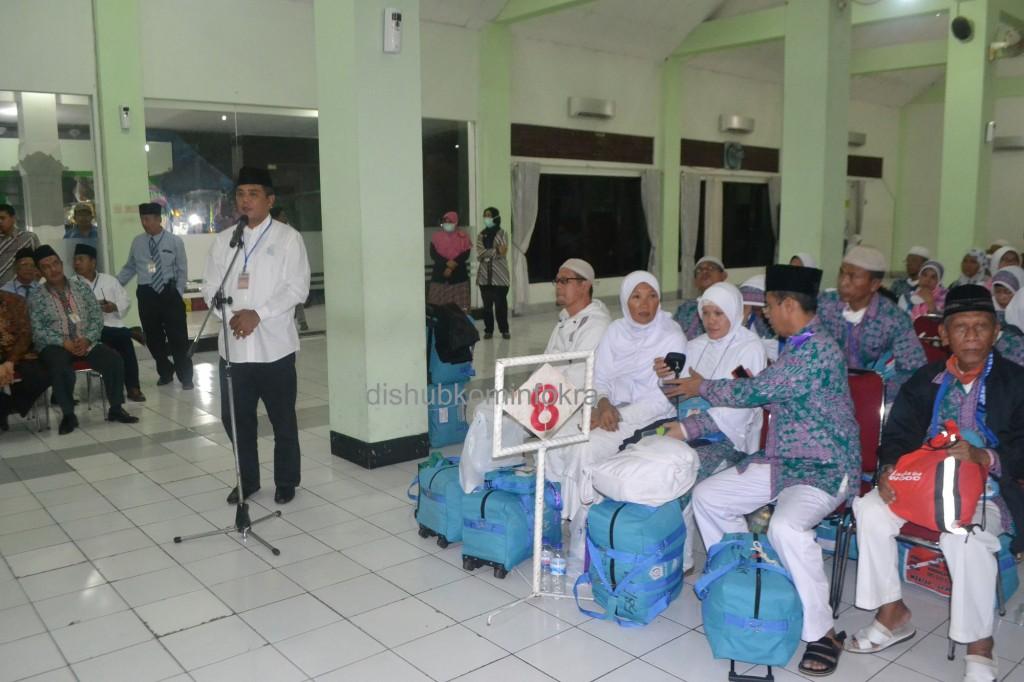 Bupati Karanganyar Juliyatmono, saat menyambut kedatangan jamaah haji kloter 58 dari Karanganyar, di Debarkasi Haji, Donohudan, Sabtu (01/11)
