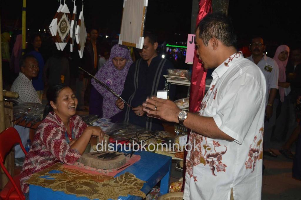 Bupati Karanganyar Juliyatmono saat berbincang dengan pengrajin, dan Wakil Bupati Rohadi Widodo melihat kerajinan wayang kulit di salah satu stan pameran Intanpari Expo 2014. Sabtu (22/11).