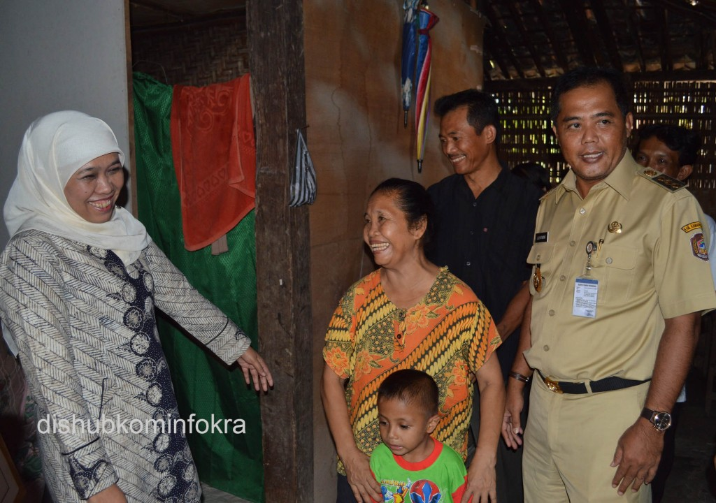 Menteri Sosial Kofifah Indar Parawansa dan Bupati Karanganyar Juliyatmono saat berkunjung di peserta penerima Program Keluarga Harapan (PKH), Senin (29/12) di RT 6/RW 6 Dusun Mojorejo, Desa Plesungan, Kecamatan Gondangrejo, Kabupaten Karanganyar.