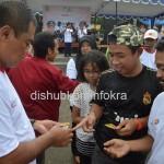 Bupati Karanganyar Juliyatmono, saat membagikan stiker dan pamflet tentang bahaya HIV AIDS, Minggu (07/12) saat di CFD