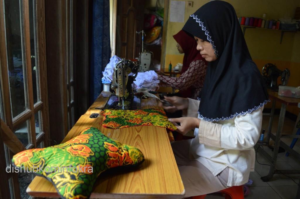 Sumarsi,30, saat menjahit sandaran kepala bermotif batik di rumahnya, Rabu (07/01)