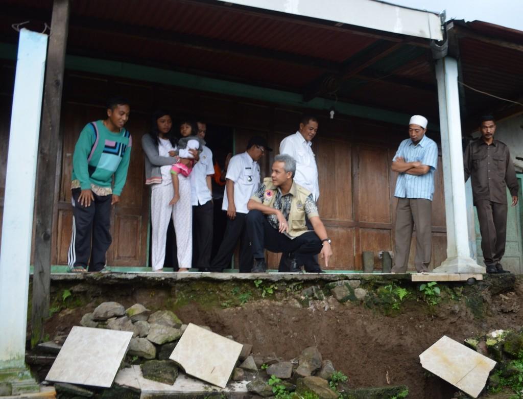 Gubernur Jawa Tengah Ganjar Pranowo saat melihat tempat rawan longsor, di Dusun Guyon, Desa Tengklik, Kecamatan Tawangmangu