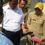 Menteri Pertanian Andi Amran Sulaiman, saat melihat produk beras hitam yang sudah dikemas.