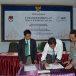 Ketua KPU Karanganyar Sri Handoko Budi Nugroho (baju putih) menandatangani nota kesepahaman dengan Ketua Laboratorium Sosiologi UNS Ahmad Zuber (kiri), Rabu (29/04)
