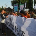 Bupati Karanganyar Juliyatmono dan Wakil Bupati Rohadi Widodo saat ikut memberikan tanda tangan penolakan paham radikal ISIS, Minggu (05/04)