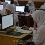 Peserta Ujian Nasinal berbasis komputer terlihat serius mengerjakan soal-soal yang telah disediakan, Senin (13/04)