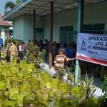 Antrian warga Desa Ngringo, Kecamatan Jaten untuk membeli gas elpiji 3 kg seharga Rp. 15.500, Selasa (12/05) di Balai Desa Ngringo