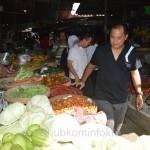 Bupati Karanganyar Juliyatmono saat memantau harga-harga makanan di pasar Tegalgede, Jumat (12/06)