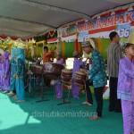 Salah satu kelompok peserta saat tampil di Lomba Rampak Bedug  Kabupaten Karanganyar Tahun 2015, Kamis (16/07) di halaman Masjid Agung Karanganyar.