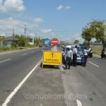 Petugas dari Dishubkominfo Karanganyar memasang rambu kurangi kecepatan di Desa Waru, Kecamatan Kebak Kramat, Rabu (08/07) siang.