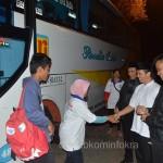 Wakil Bupati Karanganyar Rohadi Widodo (baju putih berpeci) saat menyambut kedatangan pemudik gratis dari Jakarta, Minggu (12/07) pukul 03.00 WIB di Plasa Alun-alun Karanganyar