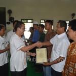 Wakil Bupati Karanganyar Rohadi Widodo saat memberikan Kartu Pengkalan LPG 3 Tabung 3 Kilogram secara simbolis, Rabu (12/08).