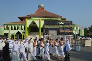 Jamaah calon haji dari Kabupaten Karanganyar saat praktik manasik haji di halaman Masjid Agung