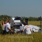 Bupati Karanganyar Juliyatmono saat mencoba untuk panen padi mengunakan mini combine harvester, Jumat (28/08)