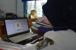 Salah satu PNS di Pemkab Karanganyar saat registrasi e-PUPNS, Selasa (29/09) pagi