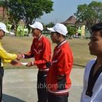 Bupati Karanganyar Juliyatmono saat memberikan penghargaan kepada atlet berprestasi, Rabu (09/09)