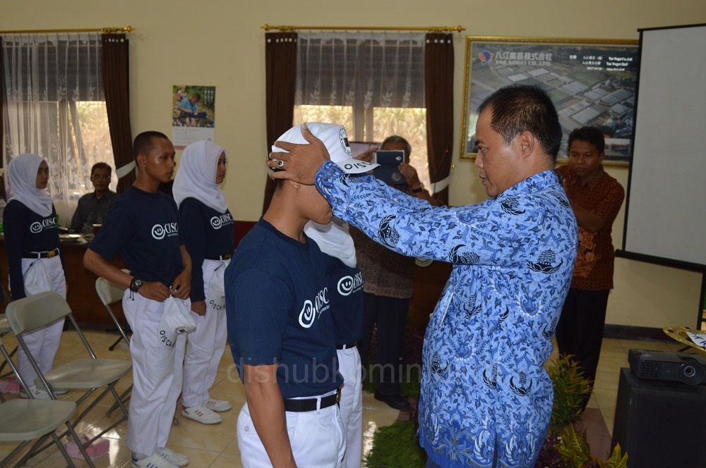 Bupati Karanganyar Juliyatmono saat menyematkan topi ke siswa sebagai tanda pembukaan pelatihan