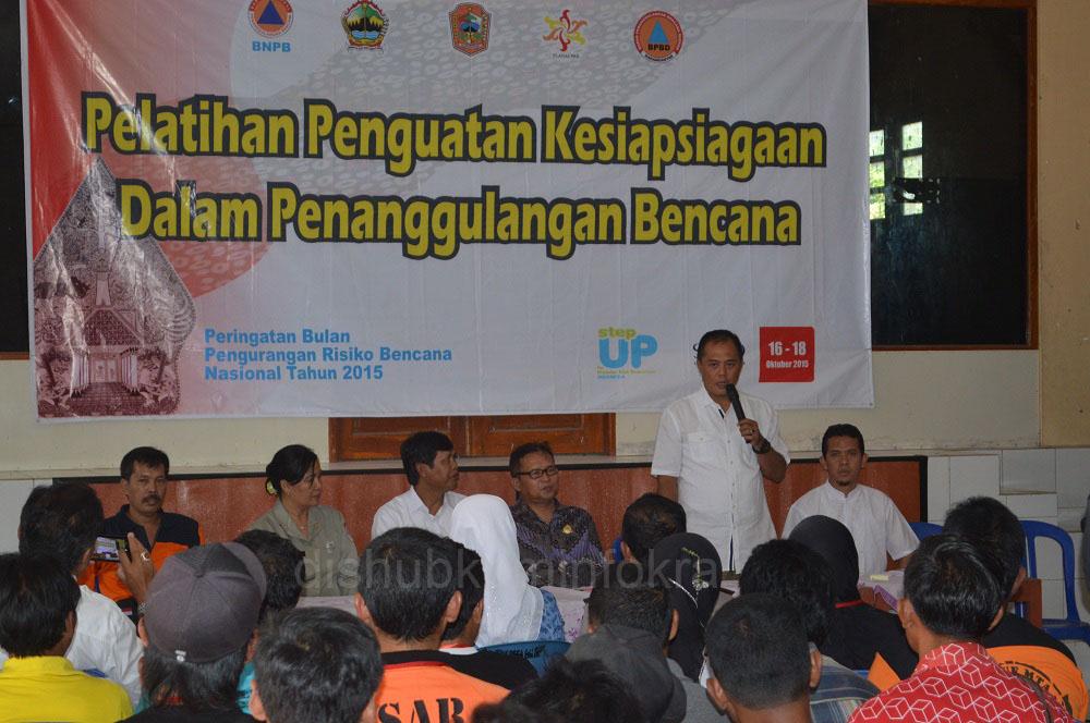 Bupati Karanganyar Juliyatmono (berdiri) saat memberi pengarahan di acara Bimtek Penguatan Kesiapsiagaan Dalam Penanggulangan Bencana