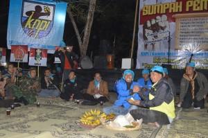 Bupati Karanganyar Juliyatmono memberikan tumpeng kepada Ketua DPD KNPI Karanganyar Aan Shopuanudin pada Sarasehan Pemuda