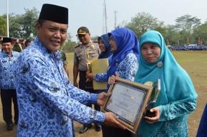 Bupati Karanganyar Juliyatmono saat memberikan penghargaan Fasilitas Kesehatan Tingkat Pertama (FKTP) kategori Klinik Pratama Tingkat Provinsi Jawa Tengah yakni Klinik Giya Husada I, kepada dr Hadiasri Widyasari Rohadi Widodo