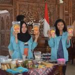Mahasiswa KKN UNS saat memamerkan produk hasil bumi dari lokasi KKN, Kamis (18/02) di Pendopo Rumah DInas Bupati Karanganyar.