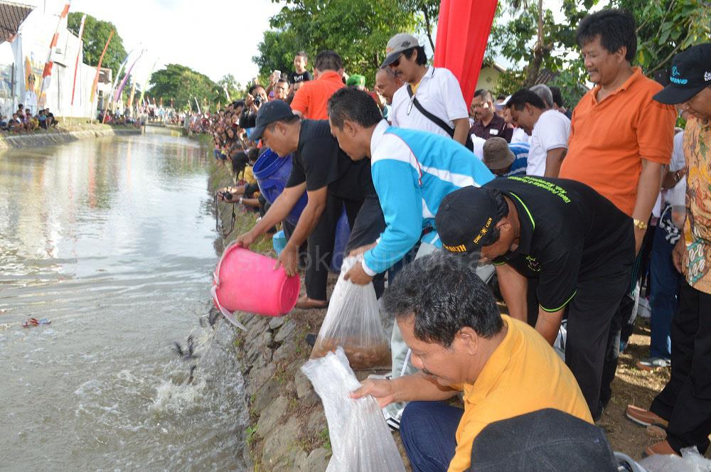 Tebar Bibit Ikan Untuk Pelestarian Sungai