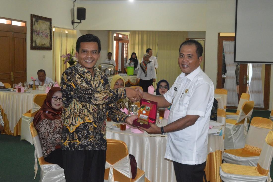 Bupati Karanganyar dan Ketua DPRD Kab. Sijunjung, Sumatra barat saat tukar menukar cinderamata, Rabu (16/02).