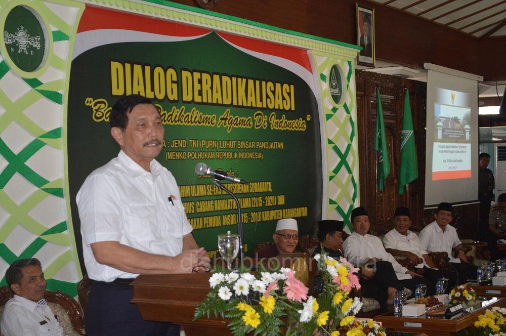 Menteri Koordinator Bidang Politik, Hukum, dan Keamanan (Menko Polhukam) RI, Luhut Binsar Panjaitan, Sabtu (05/03), saat memberikan pengarahan pada Dialog Deradikalisasi Bahaya Radikalisme Agama di Indonesia, di Pendopo Rumah Dinas Bupati Karanganyar.