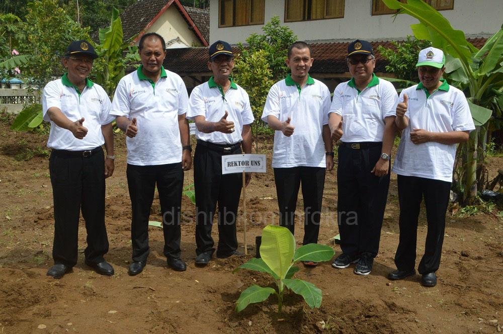 Rektor UNS, Prof. Dr. Ravik Karsidi, M.S (kiri), Bupati Karanganyar, Juliyatmono (dua dari kiri) setelah penanaman pohon pisang di halaman belakang Kecamatan Jenawi, Kamis (07/04)