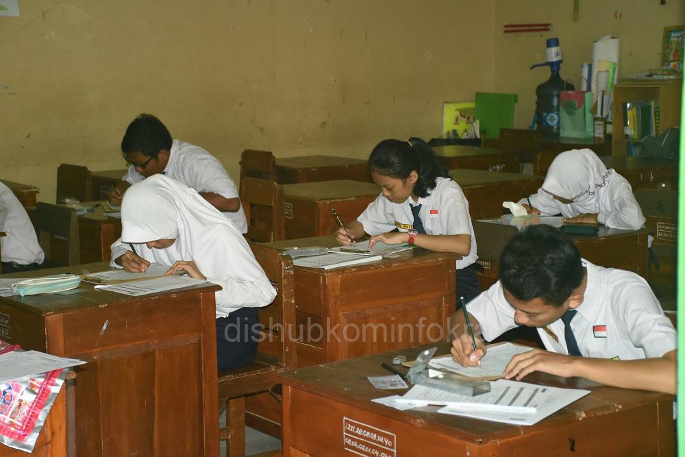 Pelaksanaan Ujian Nasional tingkat SMP/MTs, SMPLB di Kabupaten Karanganyar berlangsung lancar. Tampak peserta ujian sedang mengerjakan soal, Senin (09/05)