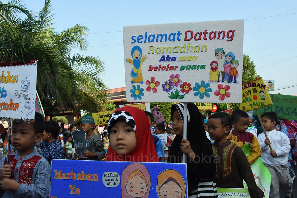 Pawai Taaruf yang diikuti sekitar 6000 orang, dengan membawa berbagai macam poster, maupun tulisan yang mengajak umat Islam menjalankan ibadah puasa dengan khusyuk, Minggu (05/06). Diikuti dari TK, SD, SMP, SMA, SMK, Perguruan Tinggi, Ormas dan Kantor
